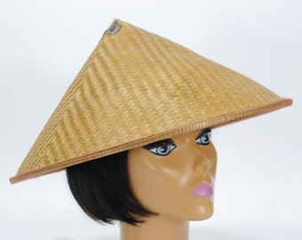 Vintage Women's Woven Straw Asian Hat / Woven Ratan Hat / 1960s / Asian Field Hat / Cone Straw Hat / Rice Hat