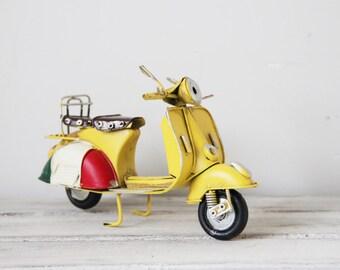rosa vespa roller miniatur vintage von arktoscollectibles. Black Bedroom Furniture Sets. Home Design Ideas