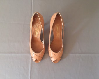 1970s peach sherbet pip toe heels | leather twisted toe pumps