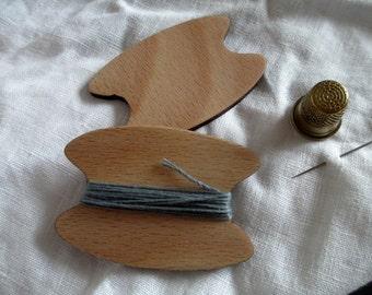 2 wooden thread holder; garn keeper