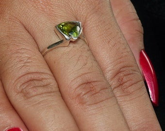Stunning Gemstone Ring with a green trillion cut Peridot Sterling Silver 925 size 8.5 (GR428)