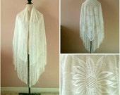 Jumbo white sunflower lace shawl • vintage 70s 1970s floral fringe triangular large daisy coverup cape wrap wedding bridal evening scarf