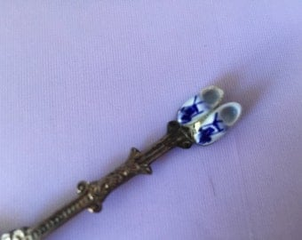 C071  Souvenir spoon with porcelain shoes from Holland