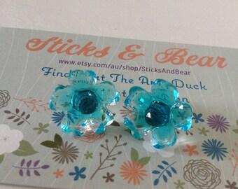 Blue Flower Earrings - 1x pair of  resin flower earrings  - 15mm Plastic daisy set on surgical steel posts - cute opaque teal flowers