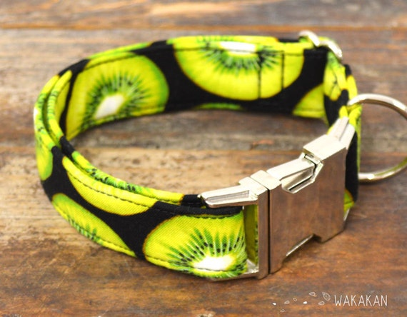 Kiwi  dog collar. Adjustable and handmade with 100% cotton fabric. kiwifruit pattern in black background, summer style Wakakan