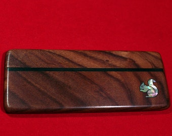 Comb in the case of rosewood inlaid with mother-of-Squirrel