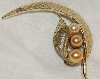 SALE Gorgeous Vintage Brooch - Gold Feathers and Faux Pearls