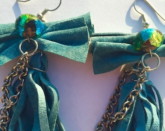 Crazy cool leather earrings : chains, bows and jewels!