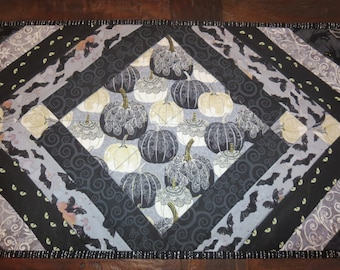 Quilted Halloween Table Runner // Holiday Table Runner // Halloween Decor // Pumpkin Table Runner