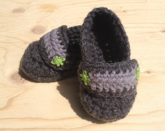 Slipper for baby to crochet button dinosaur 0-6 months