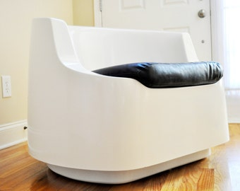 Mid Century Modern Fiberglass Mod Atomic Lounge Chair, White with Black Seat, Space Age