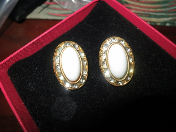 Lovely vintage 1960s goldtone white glass and rhinestone  clip on earrings