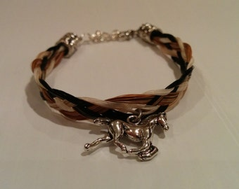 Bracelet in caramel, beige, white and black horsehair with horse charm