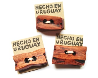 Big wooden buttons. Wood buttons. Red wood buttons. Wooden beads. Wood beads. Cuentas de madera. Botones de madera.