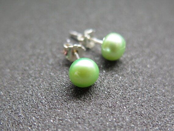 green pearl earrings in sterling silver.  pearl jewelry. stud earings.