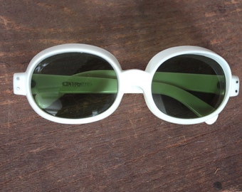 60s Mod Pop Sunglasses Vintage 1960's Rare White Frames with Green Lenses Made in Italy Twiggy #M16 DIVINE