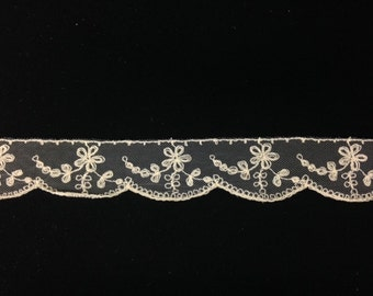 Vintage Off White Embroidered Floral Sketch Lace Trim with Scalloped Edge! Great for DIY Wedding, Bridal decorations or dress design!
