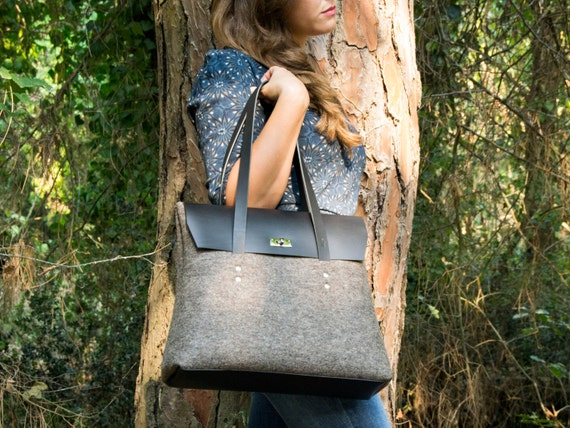 Felt and leather LARGE FLAP BAG / shoulder bag / elegant bag / grey and black / leather straps / tote bag / wool felt / made in Italy