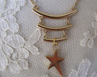 Necklace metal gilded with curved bar