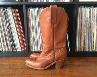 Vintage Womens FRYE Medium Brown Leather Stacked Heel COWBOY BOOTS Size 7 Boho Mod Hippie