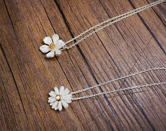 flower necklace, Daisy flower necklace in silver, water lily necklace,Bridesmaid jewelry,Bridesmaid gift, Everyday jewelry, Wedding necklace
