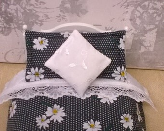 Miniature 1/12th scale dolls house Bedding set. Double bed.