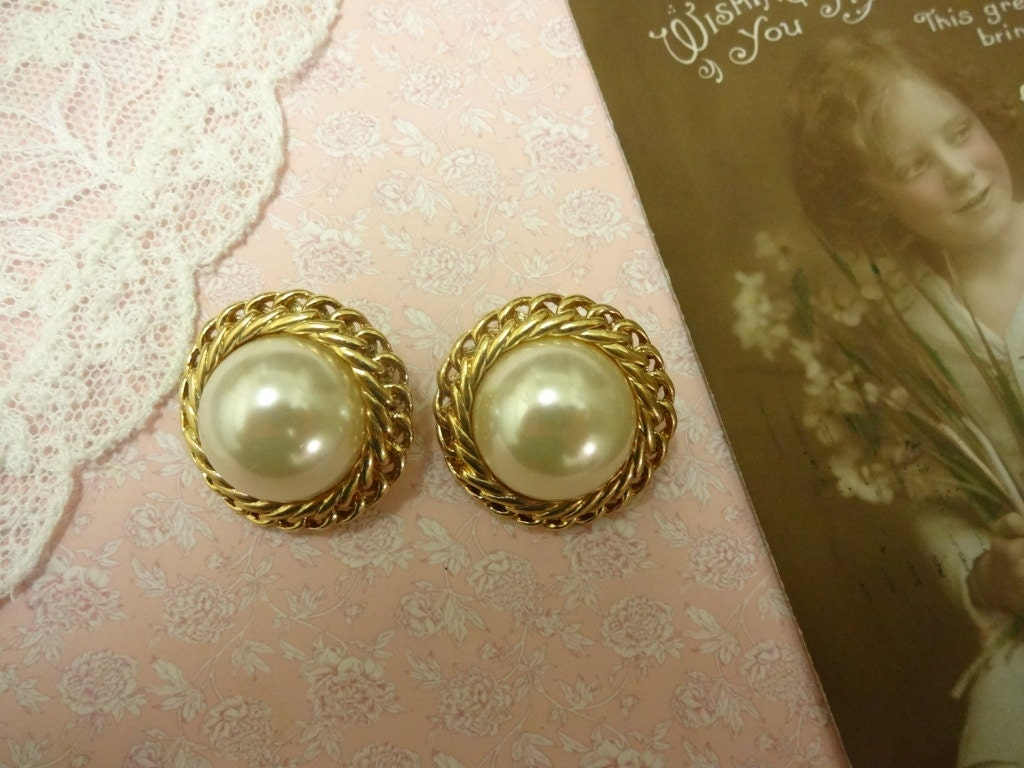 vintage pearl clip on earrings pearl button earrings. Black Bedroom Furniture Sets. Home Design Ideas