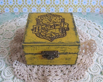 Box with the coat of arms of Hufflepuff / / Little box with Hufflepuff crest / / Harry Potter Hogwarts Gryffindor Slytherin Hufflepuff Ravenclaw