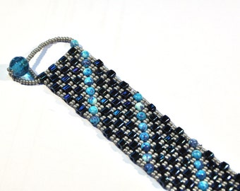 Bracelet with diagonal pattern and special closure
