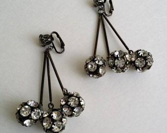 Awesome Clear Rhinestone Clip On Dangle Earrings. Rhinestone Earrings. Clip On Earrings. Vintage Earrings