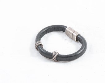 64 leather bracelet with magnet closure