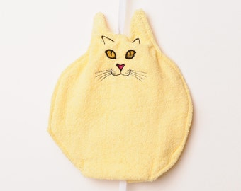 Fat Face Yellow Cat wants to wash with you!