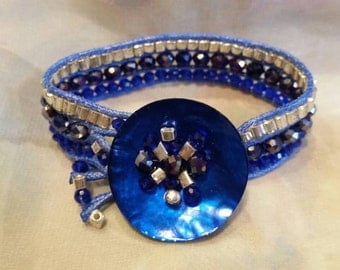 Electric blue band bracelet. Button closure effect three laps in crystals and glass pearls