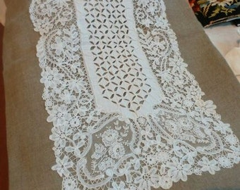 Made in linen and fine handmade lace table runner