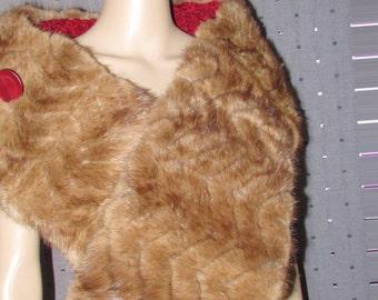 Superbe châle,ou écharpe  en fourrure de vison et laine tricotée \Superbe  mink fur and knitting wool shawl or wrap or scarf.