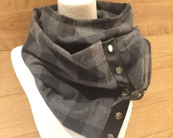 Scarf in grey and black tartan with black leather.