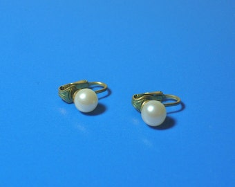 Vintage Goldtone White Pearl Clip On Earrings