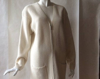 1990's vintage Jones New York modernist cardigan / sweater jacket, in cream wool blend, soft long cut with with hip pockets, medium / large