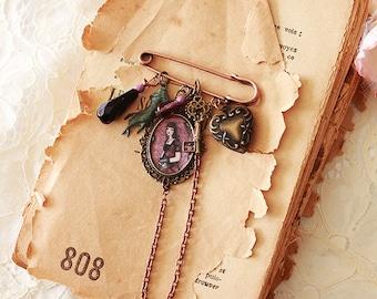 Illustrated brooch - Violette Baudelaire