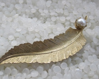 wonderful vintage barrette,gold tone leaf with a pearl, hair clip back