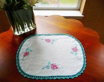 "Vintage Linen Doily, Embroidered Pink Flowers, Turquoise Blue Crochet Edge Trim 12 3/4"" x 16"" Excellent"