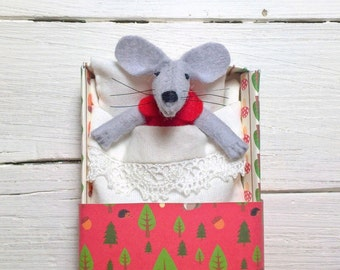 Tiny woodland felt toy animal felted miniature mouse in a matchbox red gift daughter kids gift matchbox doll teen gift plushies wool felt