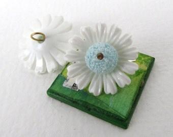 Vintage Button Flower Charm White Blue Daisy Plastic Loop Shank 21mm vpb0171 (2)