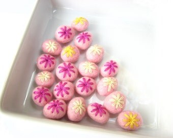 Pink felted wool rondelle beads embroidered with yarn. Mix of 20 beads. Perfect for decoration or jewelry. Flower embroidery