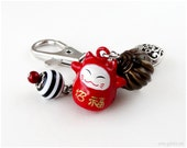 Maneki Neko Zipper Charm, Beaded Keychain, Planner Charm, Red, Lucky Cat Charm, Asian, Kawaii, Waloli, Gatumi