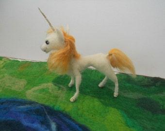 Needle Felted Unicorn Waldorf Magical Unicorn Fantasy Unicorn White Gold Unicorn Nature table Hand Made Fairy Fantasy sculpture white pony