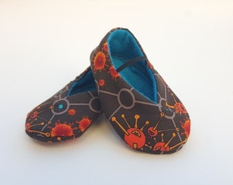 BABY SHOES size 4.5 - Kimono Style in Biology - fits 12-18 months