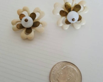 2 Vintage cream flower buttons