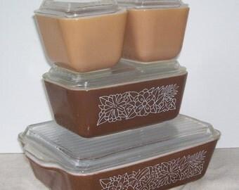 4 Pyrex Woodland Refrigerator Dishes with Lids, 2 light Brown 501B 12 Ozs, 502 B Dark Brown 750 m.l ,503 1 1/2 Pint, Kitchen Servers