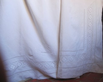 Charming vintage French pure linen sheet with lace decoration, super bedding or a beautiful curtain